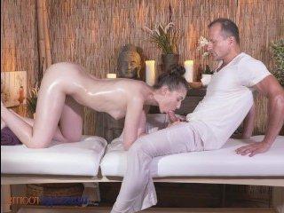 Русская девушка сосет член опытного массажиста