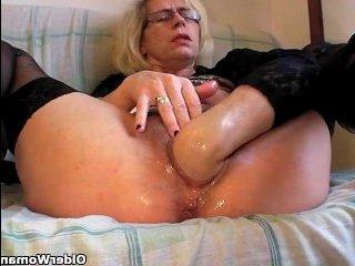 Старая мокрая пизда блондинки получает фистинг и наслаждается