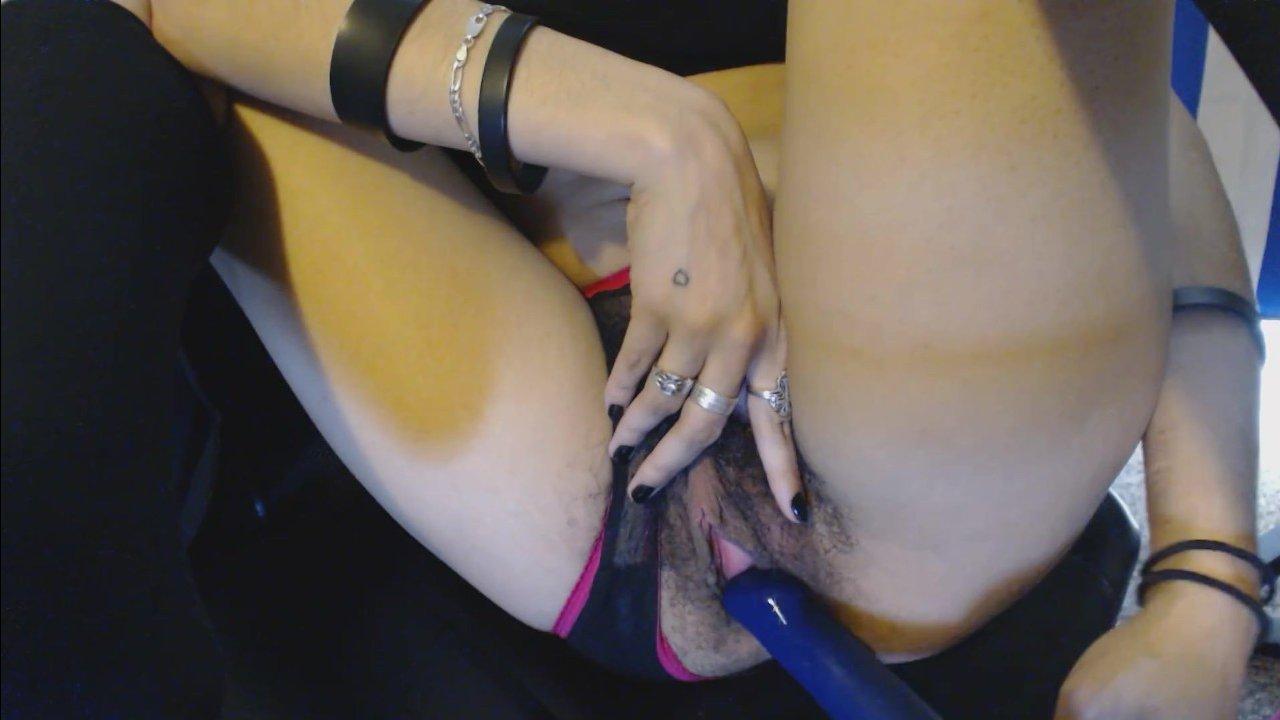 Девушка показывает волосатую писю и мастурбирует