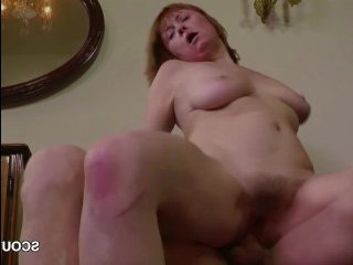 Голая толстая мамка ебется с сыном, получая сперму на лобок