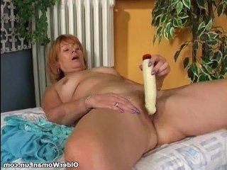 Мохнатые письки зрелые женщины любят мастурбировать игрушками