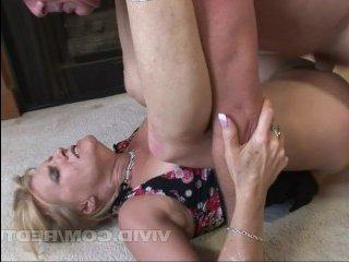С партнером дома женщина старая трахается