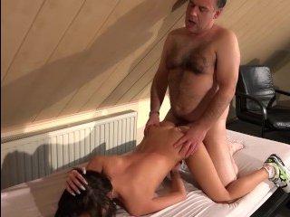 Похотливый дед лижет пизду девушке и трахает ее туда же