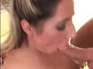 Молодая блондинка с волосатой вагиной трахается с хозяном дома