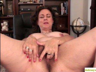 Зрелая мама мастурбирует волосатую киску руками
