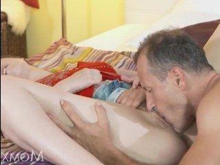 После нежного куни молодой брюнетке ебут волосатую вагину