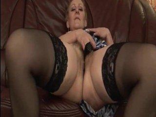 В данном увлекательном порно старая мать наслаждается крепким членом своего любовника