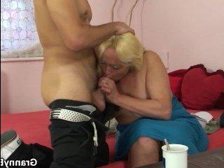 Откровенное порно блондинки, отдающейся в волосатую киску партнеру