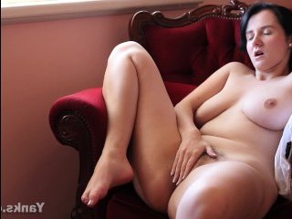 Зрелая толстушка с волосатой вагиной мастурбирует
