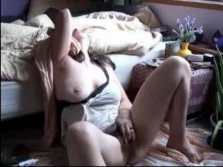 Молодая голая перед камерой дрочит волосатую киску