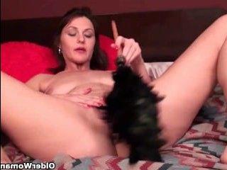 Развратные и голые полные зрелые женщины мастурбируют свои вагины