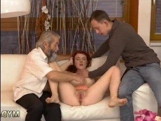 Чувак мастурбирует киску молоденькой рыжей голой девчонке