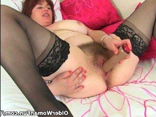 Зрелая женщина мастурбирует волосатую письку дилдаком