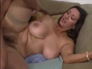 Опытная сисястая волосатая мама ебется вагинально с горячим любовником