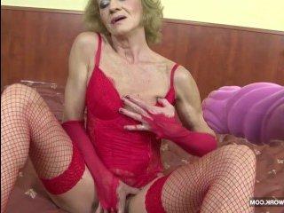 Ненасытная старуха дает в жопу молодому негру