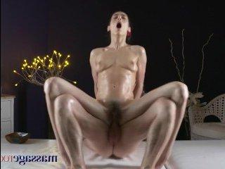 Молодая девчонка получила шикарный секс массаж