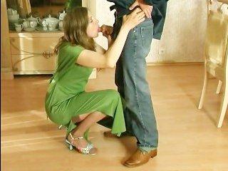 Волосатая русская мамка пригласила молодого и занялась с ним сексом