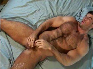 Накаченный мужик дрочит толстый хуй и кончает на себя