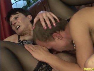 Обвисшая грудь и волосатая пизда мамы возбудила ее сына