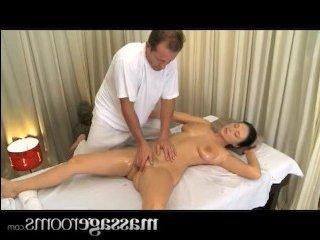С массажистом у молодой телочки случился жаркий секс