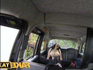 Молодая с большими натуральными сиськами девчонка ебется в такси