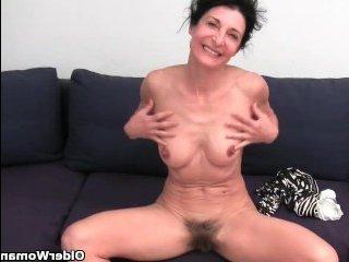 Старуха хочет секса, поэтому доводит себя до оргазма, мастурбируя пизду