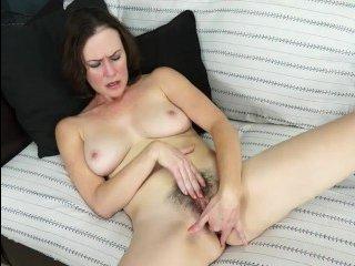 Волосатая мамочка мастурбирует на кастинге в клубничку