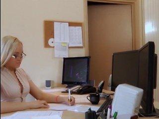 Голые секретарши блондинки трахаются на работе с начальниками