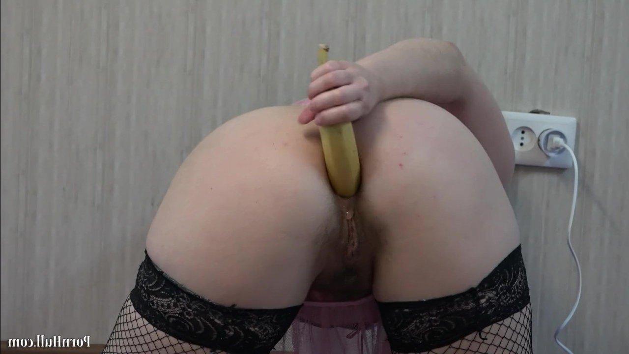 Зрелая темноволосая мамашка дрочит волосатую жопу бананом