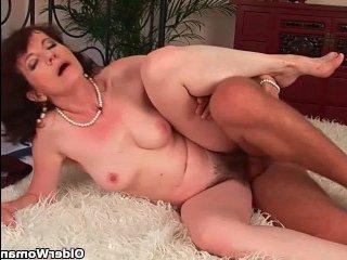 Волосатая бабушка раком радует сексом своего внучка