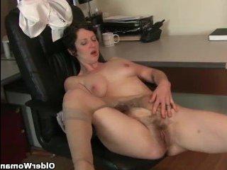 Женщины зрелые с мохнатой пиздой мастурбируют