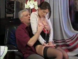 Мужчина ласкает грудь красотке и трахает ее