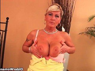 Блондинка с большой жопой мастурбирует волосатую пизду