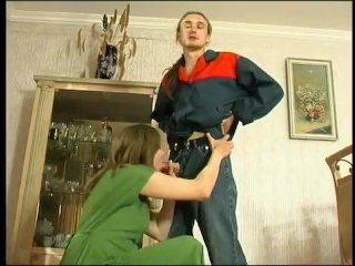 После помощи по дому, мужик шпилит волосатую пизду дамы, соблазнившую его на секс