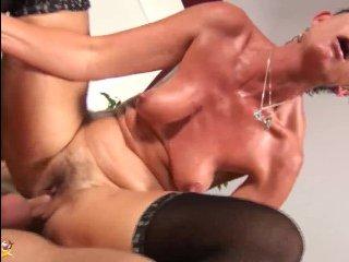 Инцест-порно: молодой ебет взрослую мамашу в пизду