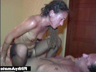 Сексуальная девушка трахается в попу со своим мужем и его другом