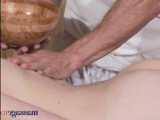 Взрослый массажист трахает брюнетку в волосатую киску