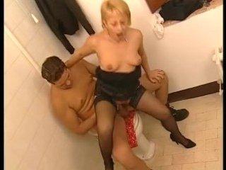Блондинка изменяет, секс устраивая с другом мужа в ванной