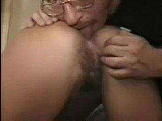 Голая брюнетка с волосатой пиздой занимается вагинальным и анальным сексом на кастинге