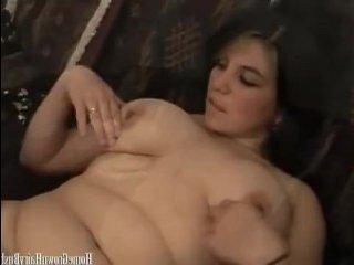 Толстушка тоже хочет секс попробовать и мастурбирует