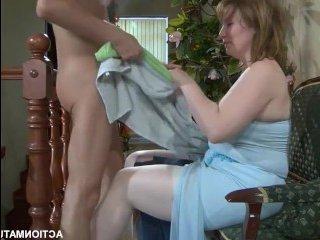 Мама сосет сыну и глотает сперму после жаркого инцеста