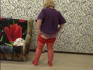 Ненасытная бабушка мастурбирует пизду волосатую