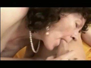 Жесткий секс с волосатой дамой на желтом диванчике