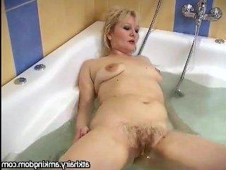 Волосатая толстая пизда мастурбирует в ванной