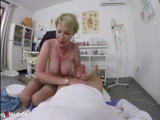 Зрелая дама с волосатой писькой на приеме у врача занялась сексом