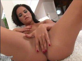 Красивая девушка с волосатой пиздой мастурбирует