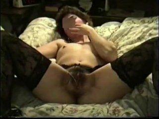 Ретро порно: зрелая блядь с волосатой мандой в чулках получает куни от соседа