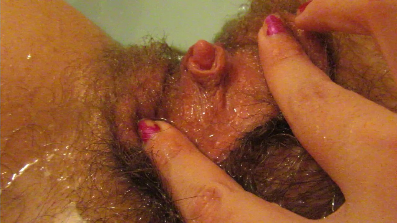Волосатая пизда в ванной отдрочена рукой женщины