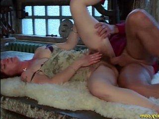 Зрелый мужик ебет статную женщину в пилотку