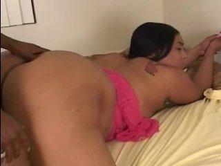 Красавица толстушка соблазнила негра на секс дома